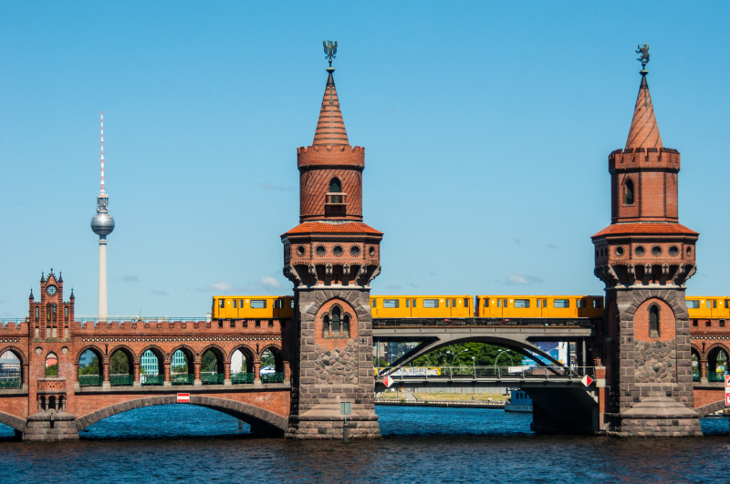 Oberbaum bridge. Viajar Juntas. Viajes de Mujeres.Salidas grupales diseñadas y pensadas para mujeres. Viajes de mujeres en grupo
